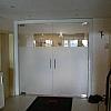 Om toch een beetje privacy op te bouwen van de ene ruimte naar de andere werd een gedeelte van het glas voorzien van zandstraalfolie