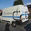 credelec - Een camionette met voor het logo en een blauwe tekstband die moeten in het oog springen. Alles in vaste kleuren opbouw