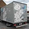 vanooteghem - Een camionette met een meubelbak. Opgebouwd uit vaste kleuren. Het witte vlak zorgt ervoor dat de camionette een beetje breekt qua eentoningheid. De belettering komt dan mooi uit over alles heen.