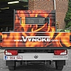 vyncke - VW transporter - Een camionette met open laadbak werd zodanig voorzien van publiciteit dat je van acheraan gezien toch een mooi reclamevlak krijgt.