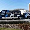 groep caenen - mobilhome - Wat ooit een traditionele tweedehands mobile-home was, werd omgetoverd tot een prachtig voertuig die echt opvalt tijdens de wedstrijden. Volledige wrapping in het blauw, met daarop de publiciteit.